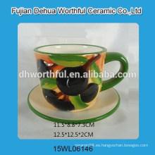 Taza y platillo superiores de cerámica del espresso en forma de oliva