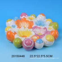 Fördernde bunte dekorative Eierstände, keramisches Eierbecher mit schöner Blumenmalerei