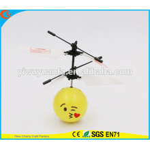 Hot Selling Interesting Mini Flying Ball Toy Kiss Emoji Face Heli Ball Presente de Natal para criança