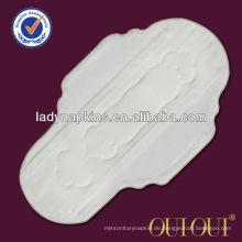 Weibliche Frauen der freien Proben weiblichen Hygieneprodukte in der Menstruationsperiode