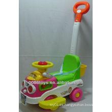 Niños empujan coche juguete