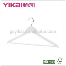 Modernes weißes Hemd und Hose hölzerner Kleiderbügel im glänzenden Finish