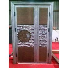 Puerta de cobre y aluminio y madera