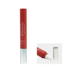 Espremer o tubo de cosméticos de brilho labial de plástico com aplicador de pincel
