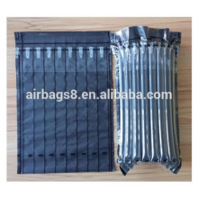 Profesional del color negro llenando bolsas de embalaje de colchón de aire de cartucho de tóner