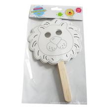Crianças colorindo enchimento artesanal na máscara de marionetes de artesanato de papel