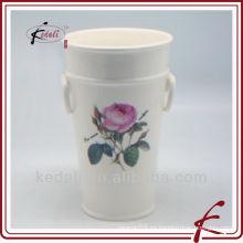 Maceta de cerámica con diseño de rosa