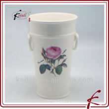 Pot de fleurs en céramique avec un design rose