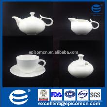 Buen servicio de té de vajilla con taza de porcelana fina y plato