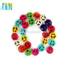 Uma variedade de tamanhos e cores Grânulos de sinal de paz de Howlite, grânulos de símbolo de paz turquesa