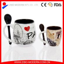 Tasse en céramique en forme spéciale avec cuillère à la main