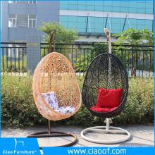 Balanço ao ar livre do pátio que pendura a cadeira do ovo
