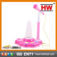 O plástico vendendo quente engraçado com a luz e a música caçoa o microfone do brinquedo