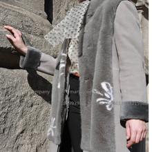 Cappotto in shearling con cappuccio da donna in inverno