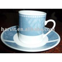 Tasse et soucoupe en porcelaine blanc ordinaire