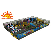 Grande parque ao ar livre de trampolim