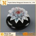 Botella de perfume de cerámica negra caliente de la venta con el casquillo de la flor