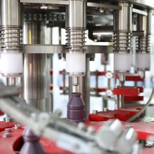 Máquina de enchimento de bebidas e garrafas de PE selado com folha de alumínio