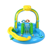 Надувной детский бассейн в водном игровом центре с горкой