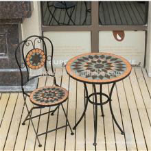 Mesa de jardim em mosaico e cadeira dobrável em mosaico