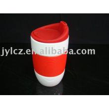 Taza de cerámica con banda de silicona y tapa