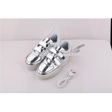 Unisexe à prix bon marché modèle d'aile USB charge bas coupe argent LED chaussures légères pour enfants