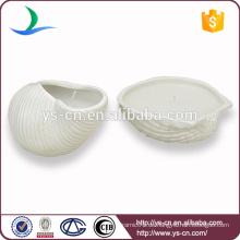Yongsheng geprägte weiße Shell-Form Keramik Kerzenhalter für Dekoration