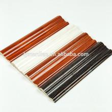 Joli bois de papier mélaminé longeant les moulures en bois