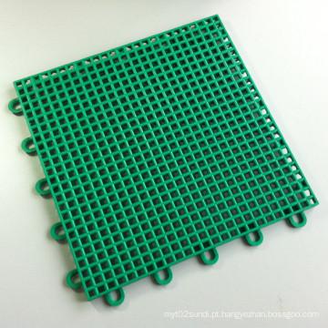 A quadra de jogo de bloqueio dos PP ostenta os esportes que pavimentam o verde de grama quadrado