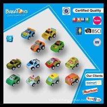 Os desenhos animados novos do miúdo puxam para trás carros do brinquedo para bebês