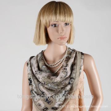 Las nuevas señoras del estilo forman la bufanda de la impresión del poliester