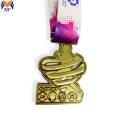 Подарочный сувенир на заказ золотая цветочная медаль