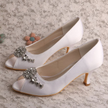 Buka Toe White Bridal Heels dengan Crystal Brooch