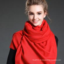Frauen im Winter, um Warm Plain Red Polyester Schal zu halten