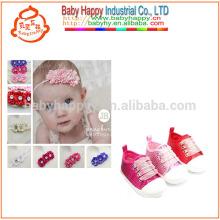 Zapatos del deporte del niño de las muchachas y flores hermosas de los zapatos de bebé