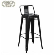 Bar de ferro e cadeiras de café com encosto alto