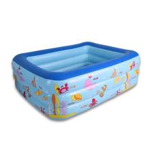 Большой надувной бассейн в саду