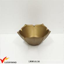 Flor de oro fantástica en forma de pequeños tazones de madera hechos a mano