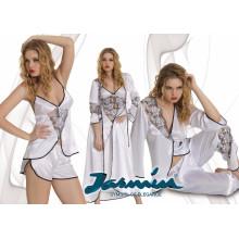 Ensemble de pyjama blanc et robe blanche nuptiale
