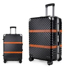 Carretilla de mano con maleta de viaje para aeropuerto.