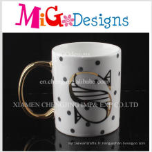 Surface de poignée Aureate avec une tasse à café en céramique