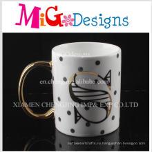 Золотистые ручки поверхность с письмом керамические кружки кофе