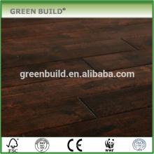Plancher en bois contrecollé de couleur chocolat de surface en détresse