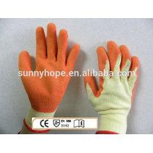 Gants tricotés en latex enroulés au soleil, gants de travail avec des gants de travail en crinkle de surface