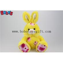 """9.5 """"Feito em China brinquedo de coelho de assento amarelo de pelúcia com remendo Bos1144 de tecido de flor"""