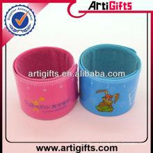 Barato personalizado hacer pulseras bofetadas para niños