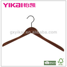 Percha de madera marrón antigua de la camisa