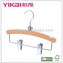 Cabides de madeira para crianças com entalhes e clipes de metal