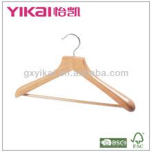 Percha de madera con hombros anchos y barra de madera