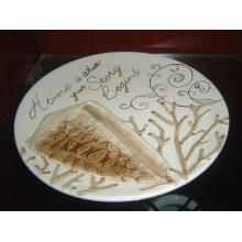 Plato redondo de cerámica con el patrón pintado a mano